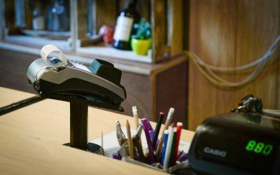 Furnizorii de servicii obligaţi să accepte plata cu POS